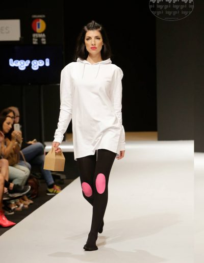 legs-go-pantys-con-rodilleras-coleccion-retro-flamingos-flamencos-pasarela-catwalk-ifema-momad-shoes-mbmfw-1080x1620