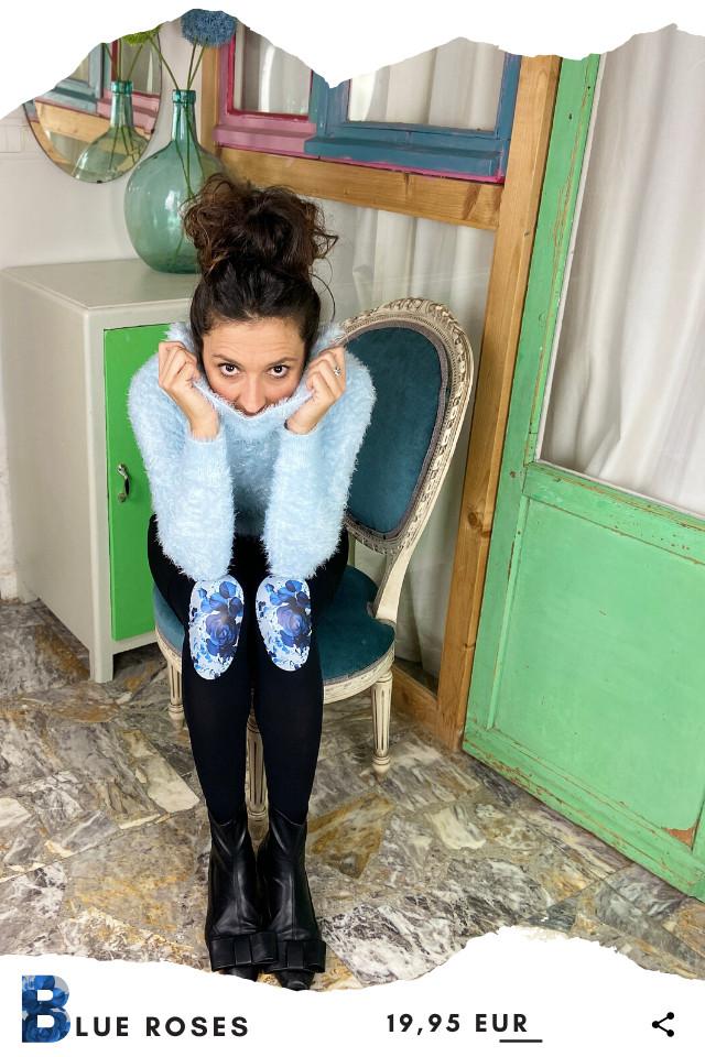 Pantis de fantasía tupidos negros con rodilleras de flores azules, colección palmers diseño blue roses. Leggins y pantys de diseño.