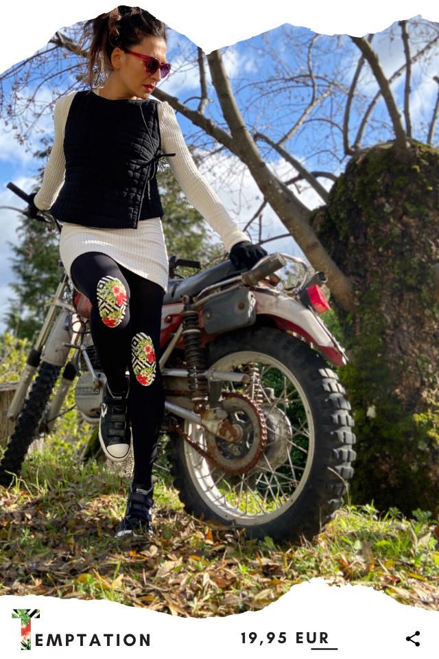 Pantis de fantasía tupidos negros con rodilleras de flores rojas y geometricas, aquarel, colección palmers diseño temptation. Leggins y pantys de diseño.
