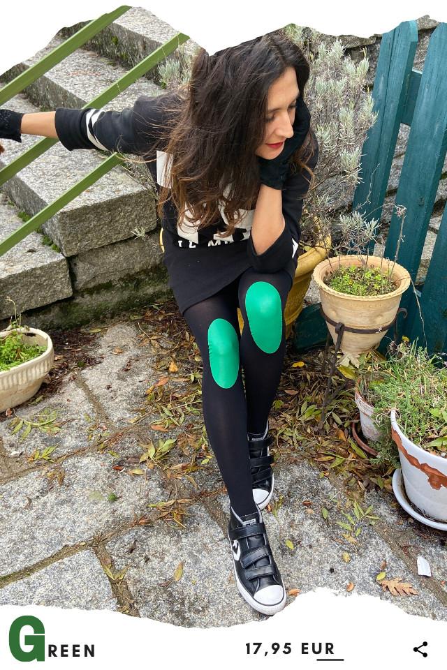 Pantis tupidos de fantasía de color negro, con rodilleras de color verdes, colección basic colors diseño green