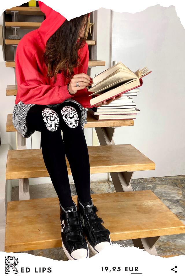 Pantis tupidos negros con rodilleras de chicas con labios rojos de la colección retro y el panty se llama red lips