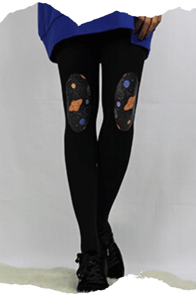 Pantis tupidos negros con rodilleras de planetas o cosmos de la colección retro
